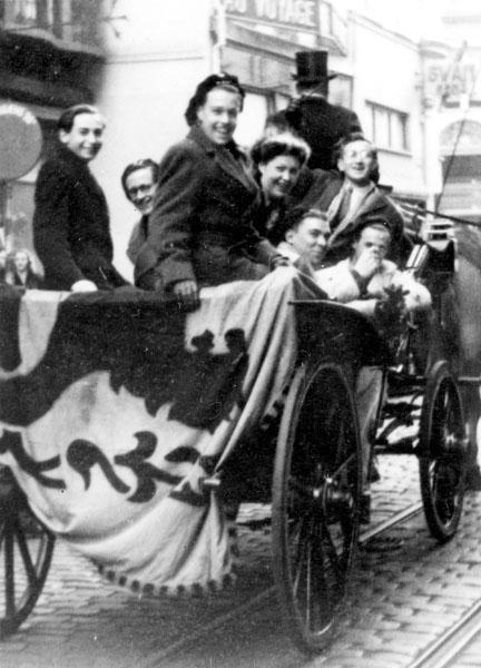 Leden van de Nationale Studentengroepering Gent rijden per koets door de Veldstraat bij de opening van het academiejaar 1947-1948 (Collectie Universiteitsarchief Gent).