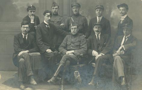 De Société Académique d'Histoire vlak voor de Eerste Wereldoorlog. De leden in legerplunje maken deel uit van de Compagnie Universitaire. Uiterst links de historicus en latere hoogleraar Hans van Werveke (Collectie Universiteitsarchief Gent).