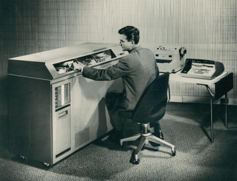 In 1959 verwerft de universiteit haar eerste computer. De elektronische rekenmachine IBM 610 wordt ondergebracht in het Rekenlaboratorium in het Plateaugebouw (Collectie Universiteitsarchief Gent).