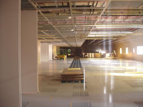 Hoogtechnologische clean rooms, stofvrije onderzoeksruimtes, in aanbouw op campus Ardoyen in 2005 (Collectie Universiteitsarchief Gent, foto  Peter Van Daele).