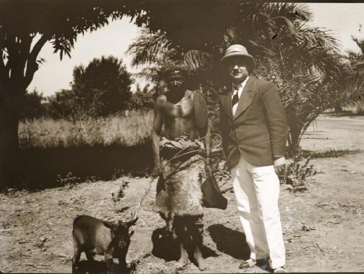 Luba-specialist Amaat Burssens in 1937, poserend naast een inlandse man tijdens zijn tweede expeditiereis naar Congo (Collectie Universiteitsbibliotheek UGent, BIB.GLAS.008222).