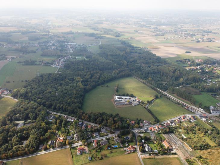 Het Proefbos in Gontrode is 28 hectare groot. Op de voorgrond de gebouwen van het Laboratorium voor Bosbouw, in het midden het bos met de meettoren en bovenaan de spoorlijn die het bos in twee deelt. (Collectie ForNaLab,  © www.Globalview.be)