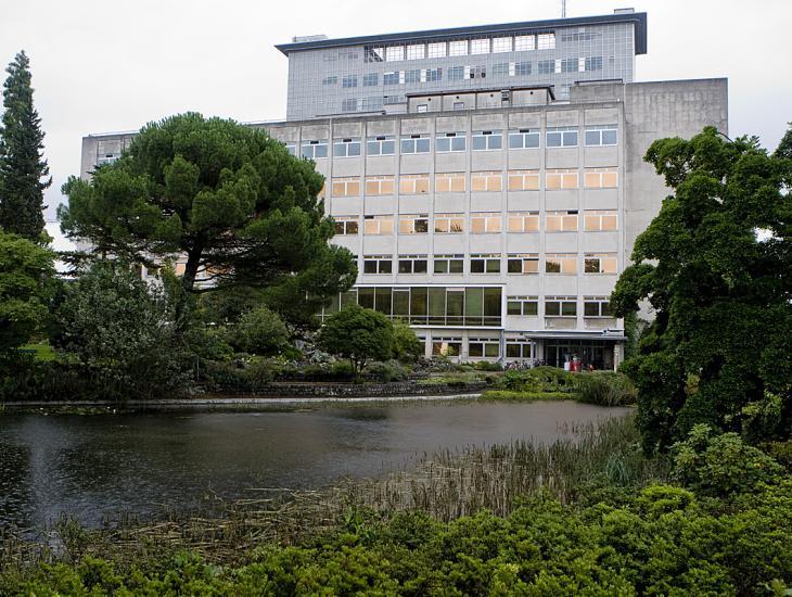 Campus Ledeganck in 2010, met de vijver van de Plantentuin en de gebouwen uit de jaren 1970 (Collectie UGentMemorie, © UGent - foto Pieter Morlion).