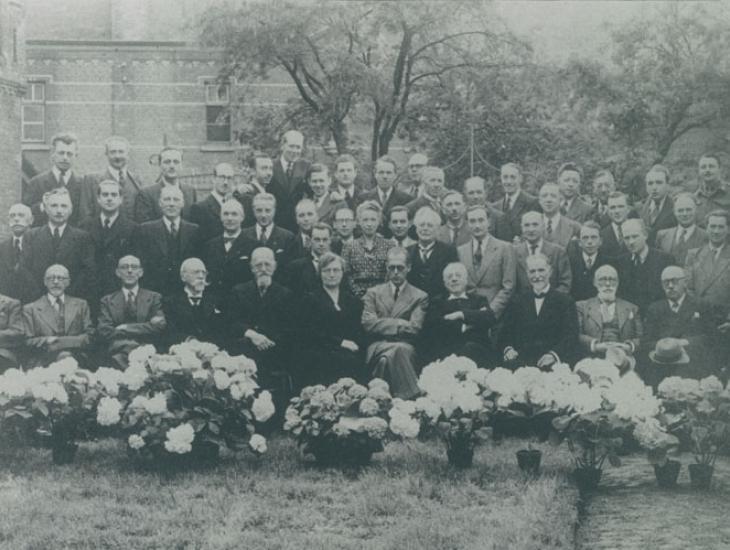 Groepsfoto van de hoogleraren en assistenten van de faculteit Geneeskunde na WO II. In het midden een collega die terugkeerde uit een concentratiekamp (Collectie Universiteitsarchief Gent).