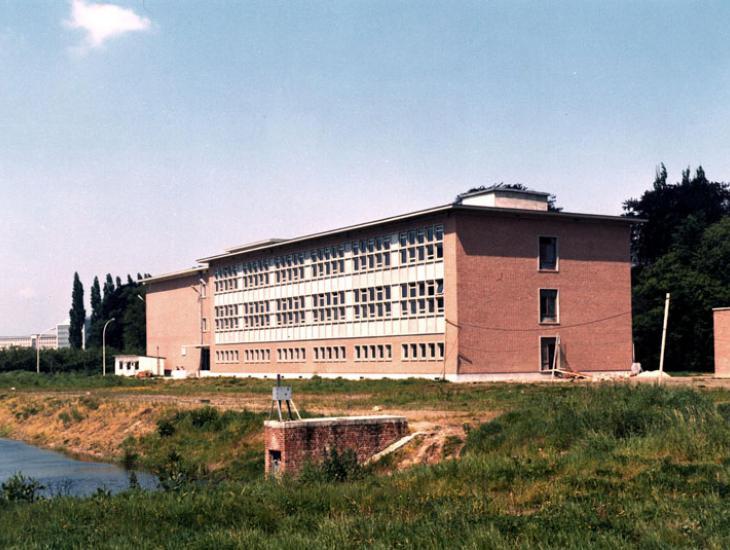 Instituut voor Nucleaire Wetenschappen in de Proeftuinstraat: reactorgebouw en laboratorium voor Kernchemie in het midden van de jaren 1960 (Collectie Universiteitsarchief Gent - foto R. Masson).