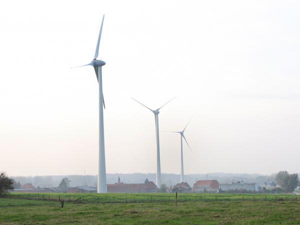 Drie windturbines van SPA-Luminus op de gronden van de Proefhoeve van de UGent leveren stroom aan Campus Ardoye in Zwijnaarde. (© UGent, foto Hilde Christiaens, collectie Beeldbank)