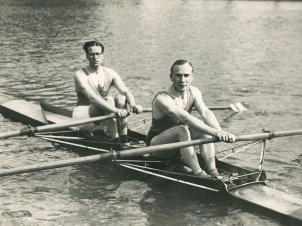 Roeiers (rechts Raymond Verstraeten) tijdens de 'Roeiwedstrijd voor Hoogescholen' te Langerbrugge op het Kanaal Gent-Terneuzen (Collectie Universiteitsarchief Gent - foto Adolf Verbekt).