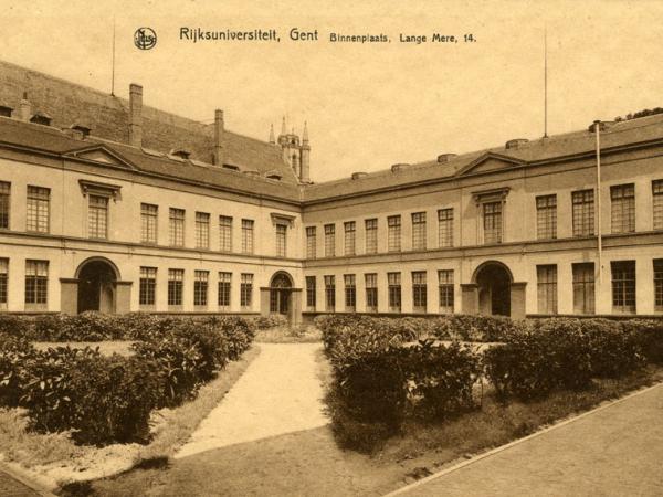 Postkaart uit 1937 met de binnentuin van de faculteit Rechtsgeleerdheid op de site Voldersstraat (Collectie Universiteitsarchief Gent).