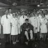 Heelkundige Fritz Derom (midden) en zijn team met patiënt Aloïs Vereecken na de eerste succesvolle longtransplantatie ter wereld, 1969 (foto uit persoonlijk album F. Derom, privécollectie familie Derom)