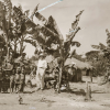 Germanist en specialist Afrikaanse Talen poseert in 1937 bij dorpelingen in Zuidoost Congo, tijdens zijn linguïstisch veldwerkonderzoek (Collectie Universiteitsbibliotheek UGent, BIB.GLAS.008327).