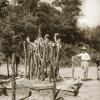 Linguïst en Afrikanist Amaat Burssens naast een jagersgraf in Zuidoost Congo in 1937. Hij ligt aan de basis van de opleiding Afrikanistiek aan de UGent (Collectie Universiteitsbibliotheek UGent, BIB.GLAS.008342).