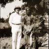 Afrikanist Amaat Burssens poseert naast een inlandse man tijdens zijn tweede reis naar koloniaal Congo in 1937 (Collectie Universiteitsbibliotheek UGent, BIB.GLAS.008211).