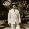 Taalkundige Amaat Burssens in tropenpak in 1937 tijdens zijn tweede onderzoeksreis in koloniaal Congo. Hij speelde een belangrijke rol bij de uitbouw van Ganda-Congo eind jaren '50 (Collectie Universiteitsbibliotheek UGent, BIB-GLAS-008409).