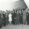 De eerste lichting oud-kolonialen ontvangt hun getuigschrift 'bedrijfsbeheer' van het Seminarie voor Productiviteitsstudie en -Onderzoek eind maart 1961. André Vlerick met bril centraal (Uit: Dehondt en Vanlommel, 'Bedrijfsbeheer oud-kolonialen', 1961).