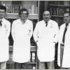 Forensisch geneeskundige Jacques Timperman (3de van links) met zijn collega's Piette (l.), Majelyne (2de van l.) en Lauwaert, ca. 1980. Hij voerde tijdens zijn carrière meer dan 7.000 lijkschouwingen uit (© UGent, vakgroep Gerechtelijke Geneeskunde.)