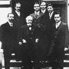 V.l.n.r. natuurkundigen Faust De Block, Jules Verschaffelt en Julien Verhaeghe in 1937,  met achter hen de licentiaten in de natuurkunde (foto uit Van Camp, 'Verschaffelt', 1995).