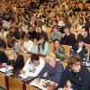 De opleiding Politieke en Sociale Wetenschappen is een van de populairste van de UGent: een bomvol auditorium E wacht in 2007 op de eerste les politicologie van het jaar (Collectie Beeldarchief UGent).