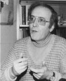 Filoloog en pedagoog Bob Carlier (1931-1990) groeide uit tot een van Vlaanderens bekendste seksuologen, die zich onder andere voor homo-emancipatie en feministische strijdpunten inspande (foto uit Schamper nr. 176, 1983).
